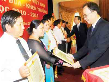 State leaders greet teachers on Vietnam Teacher's Day