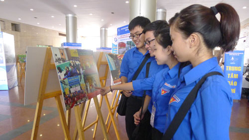 Photo exhibition on General Giap and Hanoi youth