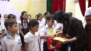 Gifts presented to bring a warm Tet to poor and disadvantaged people