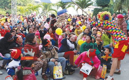 Vietnamese leaders extend Christmas cheer to local Christian community