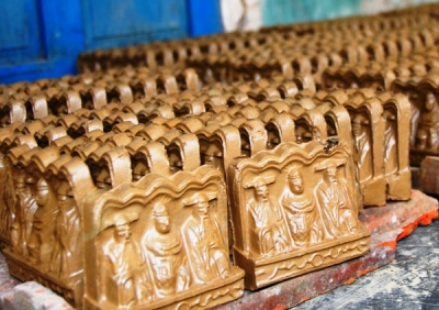 Thanh Ha village busy by making Kitchen God figurine for Lunar New Year