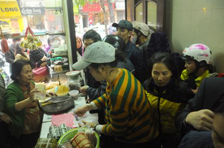 Queues form for Chung cakes in Hanoi's Old Quarter