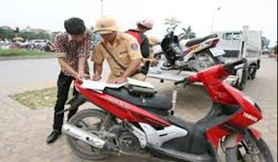 Vehicle registration transfer service blooms in Hanoi