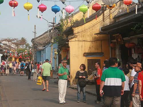 Illegal foreign tourist guides uncontrollable in Vietnam