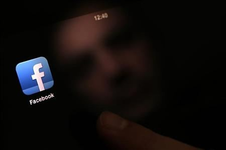 Youth flock to mobile messaging apps, may be threat to Facebook