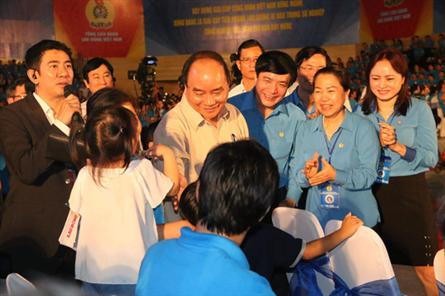 PM meets with 2,000 workers in central region