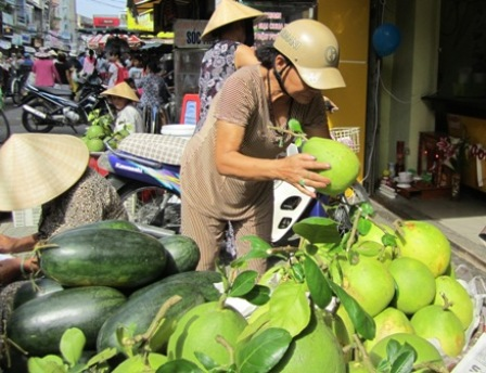 Doan Ngo Festival triggers higher fruit and flower prices
