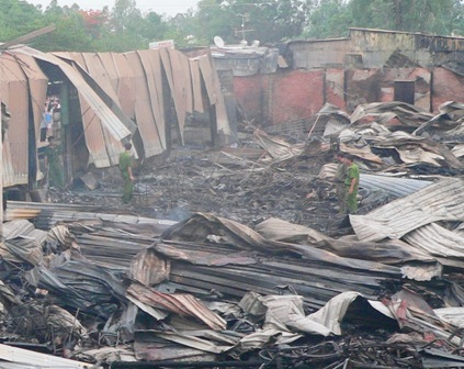 The fire burnt down 78 houses  The case has caused an estimated total loss of around VND30 billion.   A local policeman said at 11:30 yesterday, after receiving the information about the fire, authorities mobilised forces to deal with the case.