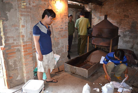 A factory in Quang Ngai Province was producing fake coffee. Photo by Phapluatonline