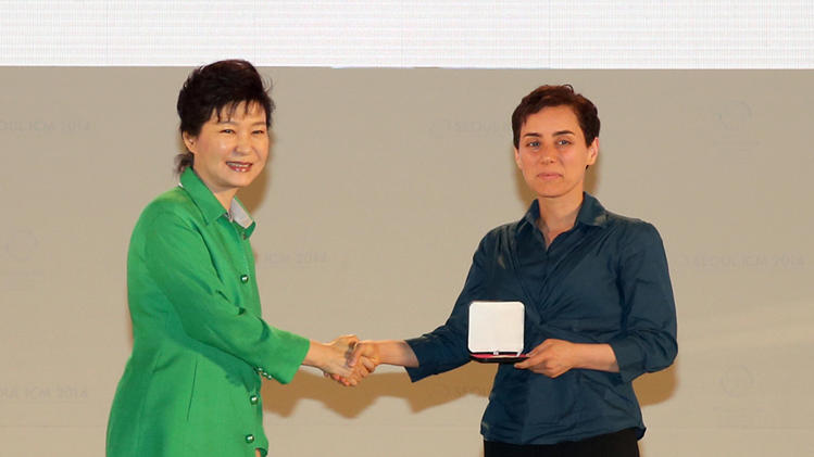 South Korean President Park Geun-Hye (L) gives the prize to Maryam Mirzakhani, at the awards ceremony for the Fields Medals, during the International Congress of Mathematicians, in Seoul, on August 13, 2014