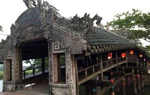 Night market opens at ancient tile-roofed bridge