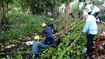 Australian Consulate-General staff in Ho Chi Minh City joins the city's leaders and locals in cleaning Sau Suu canal.