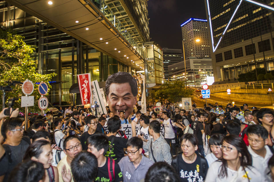 Hong Kong students take democracy protest to leader's home