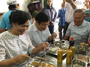 Former state president enjoys lunch with low-income people