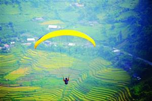 Paragliders and runners heading to northwest