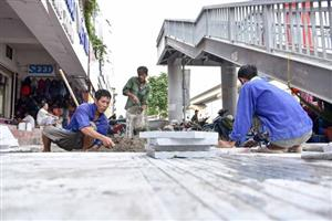 Hanoi sidewalks to be paved with stone