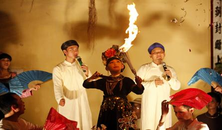 Outdoor stages attract young people in Hanoi