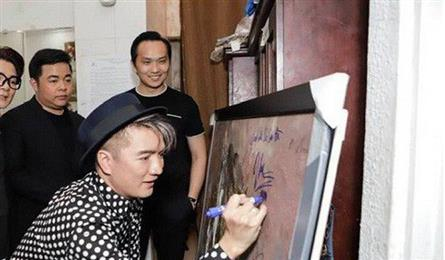 Singers criticised for signing on auctioned painting