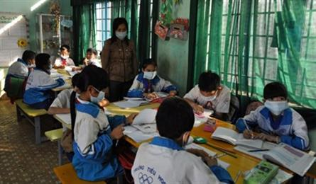 Pollution forces students wear face masks in class