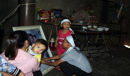 Two small orphans in Ha Tinh in desperate of support