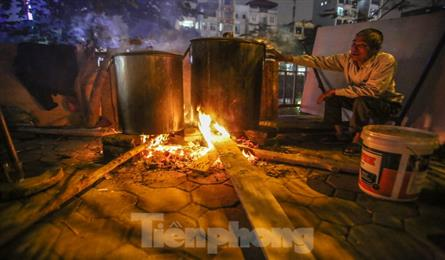 Hanoi residents stay up late to cook Chung Cake