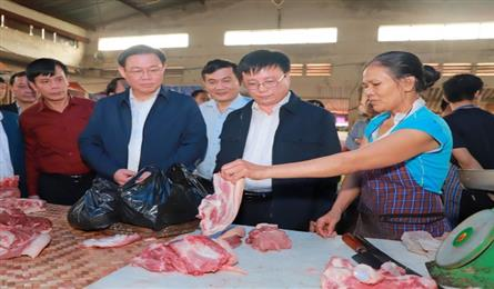 Deputy PM conducts sudden price check at Nghe An supermarket