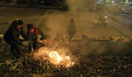 Fires break out in Hanoi streets, to warm night workers as winter cold bites