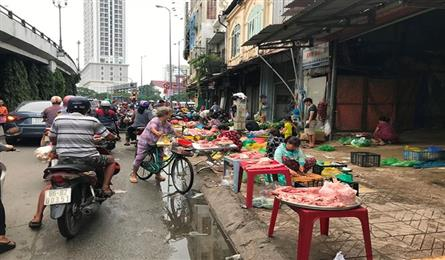 Unofficial markets continue blocking HCM City streets