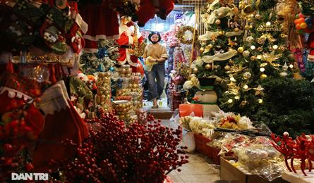 Early Christmas atmosphere on Hanoi streets