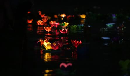 Lanterns shine on Saigon River full-moon festival