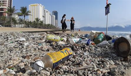 Tonnes of litter covers Danang beach