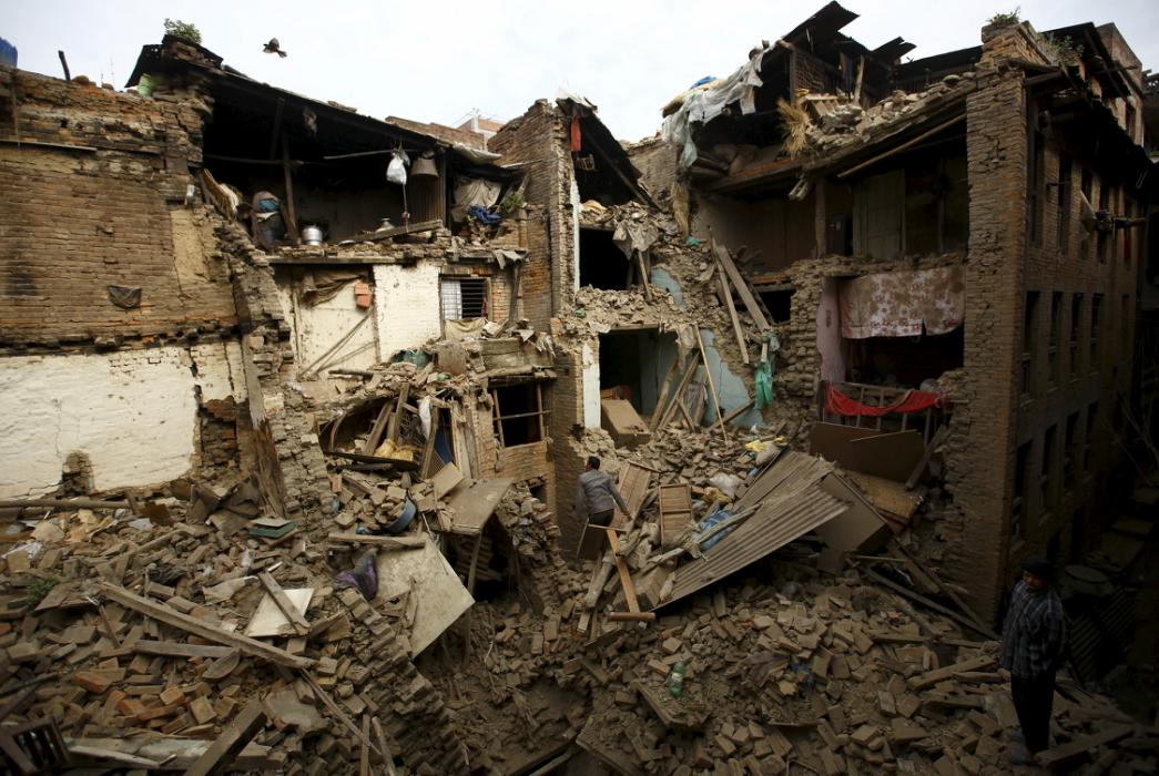 Shocks terrify survivors of Nepal quake that killed 2,500