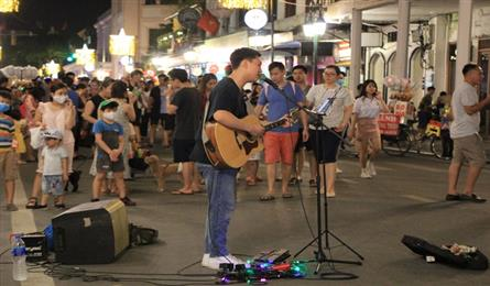 Hoan Kiem pedestrian streets crowded again after being reopened