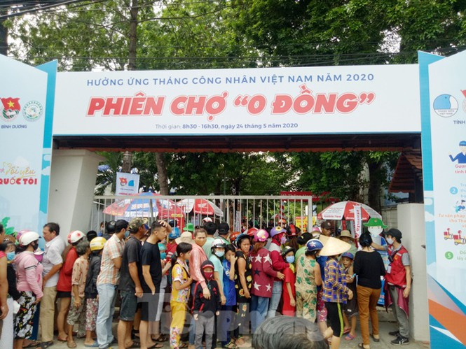 Zero dong market held for workers in Binh Duong Province