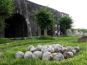 Ho Dynasty Citadel attracts tourist crowds