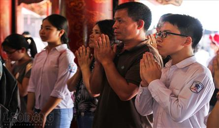 Pupils pray for exam luck at Temple of Literature