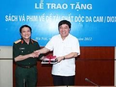 Hanoi presents books and movies to AO victims