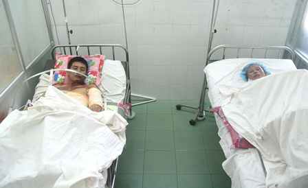 The couple receiving treatment at Hue Central Hospital