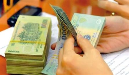 Banks continue cutting staff salaries amid economic difficulties