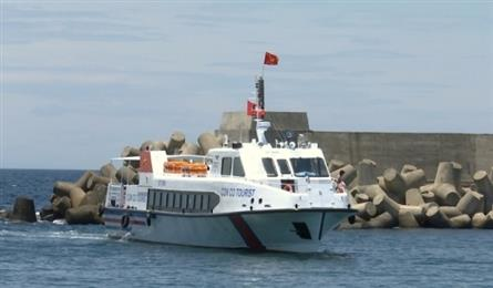 Quang Tri launches speed boat to Con Co Island