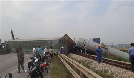 Train, truck crash in Nghe An injures driver