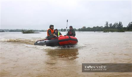 Rescue team in inflatable boats search for flood victims