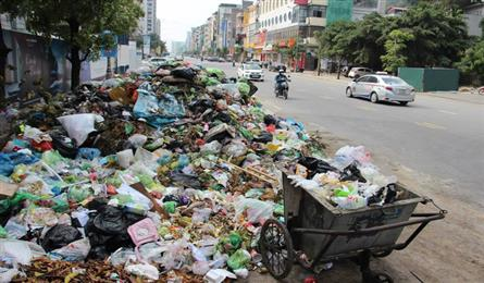Ha Long City covered in rubbish