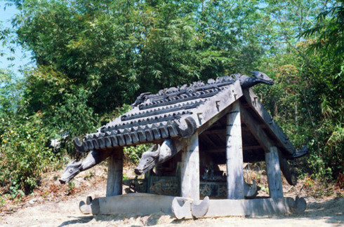 Grave statues of the Co Tu