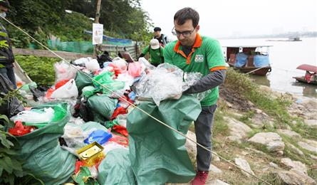 Foreigners keep Hanoi clean during Kitchen Gods' Day