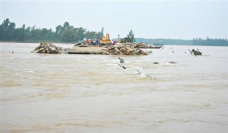 Quang Nam village isolated as road swept away in flood