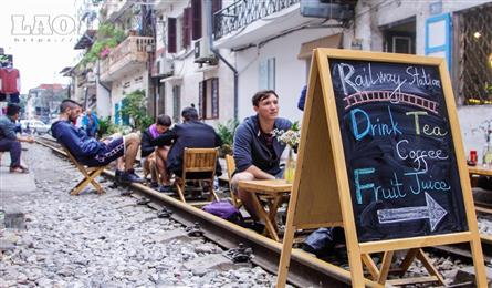 Hanoi police close down railway cafes