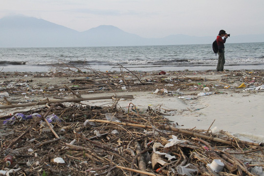 Rubbish swamps Danang beach
