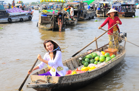 Floating markets bustling for Tet