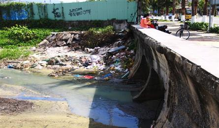 Danang beach turns black with pollution